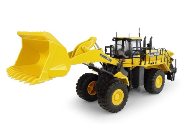 UNIVERSAL HOBBIES 8127 1:50 SCALE KOMATSU WA600 8 WHEELED LOADER *NEW*
