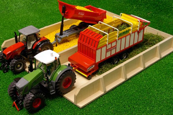 KIDS GLOBE 1:32 SCALE WOODEN SILAGE PIT