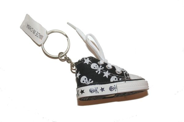 SKULL WITH BONES SHOE CLEAT KEYCHAIN .. NEW AND IN A PACKAGE