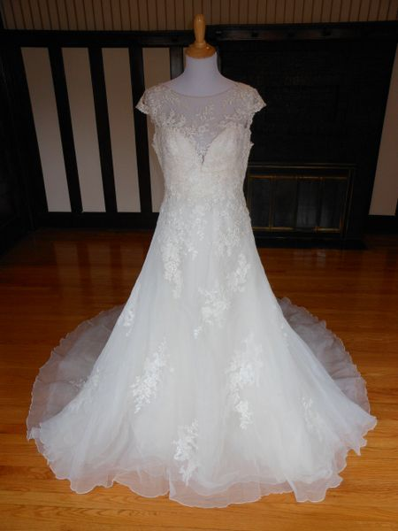 San Patrick by Pronovias Wedding Dress Lilien