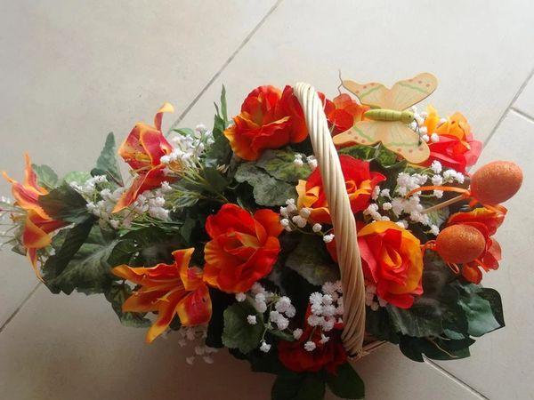FLOWER ARRANGEMENT IN A BASKET