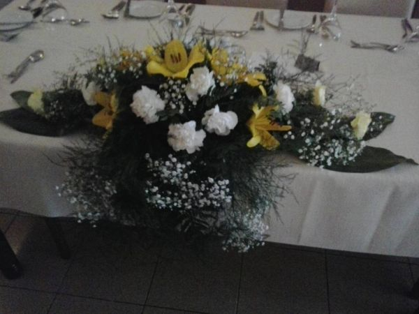 Cascading dinner table arrangement