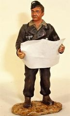FIGARTI, G3801B-1,1/30, GERMAN PANZER OFFICER WITH MAP,(UNBOXED)