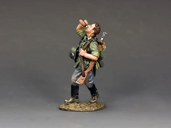 KING AND COUNTRY, WS208, 1/30, SOLDAT DRINKING (BOXED)