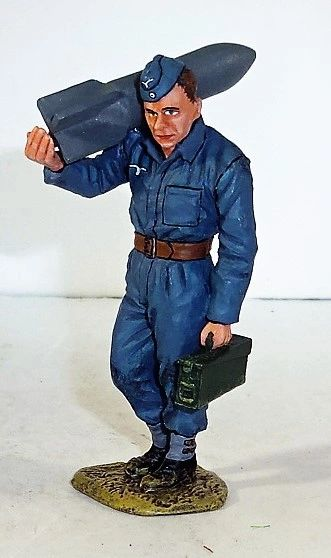 KING AND COUNTRY, LW006, 1/30, GROUND CREWMAN WITH BOMB, (BOXED)