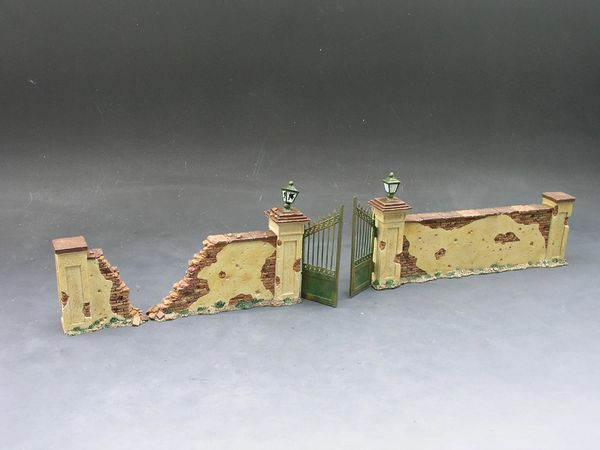 KING AND COUNTRY, 1/30, SP023, GATE AND FARM WALL, 3 PIECES. (BOXED)