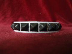Wristband 10W Black Pyramids On White Leather