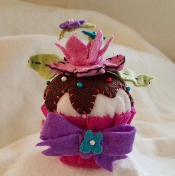 Crowned flower , cupkae pincushion ( size of regular cupcales )