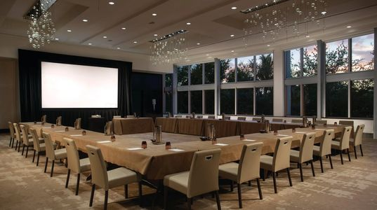 Meeting set up in U-shape for 25 people. Hotel Meeting Space