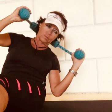 Elizabeth Trindade uses The RollerSizeR to support her neck in a Ab Crunch.