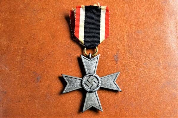 Kriegsverdienstkreuz ohne Schwerten II klasse Maker 107 Carl Wild Hamburg.