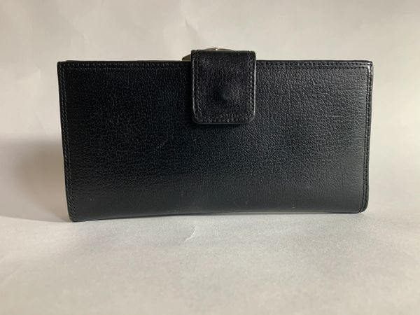 Black Textured Leather 1950s Vintage Coin Purse Wallet With Leather outer shell and inside lining.Gold Tone Frame and kiss clasp.