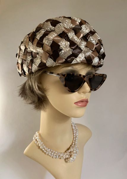 """Vintage 1960s Brown & Ivory Turban Style Woven Stiff Polyester Hat 21"""" Lined"""