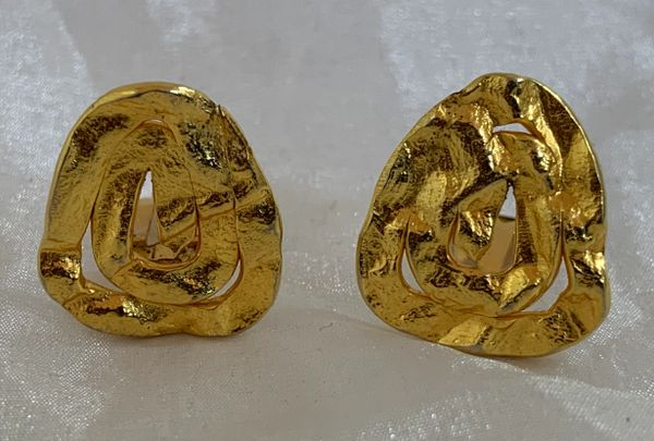 Vintage 1980s Gold Toned Bow Irregular Triangular Shaped Medium Sized Clip On Earrings