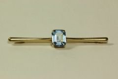 Gold and blue spinel stock pin