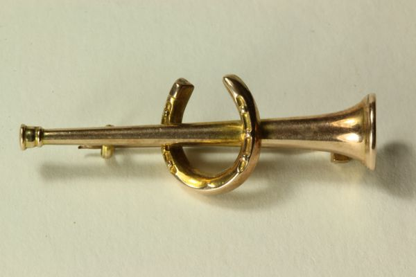 Gold hunting horn stock pin