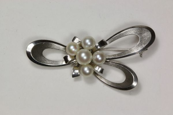Silver and pearl stock pin