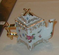 Small collectible tea pot Square with Roses #5880-6