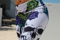 White Skull, Color Roses Leggings