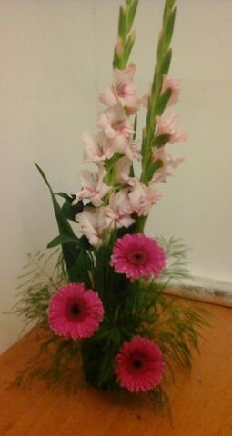 VERTICAL ARRANGEMENT WITH GEBERAS AND GLADIOLUS