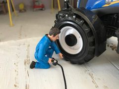 MECHANIC INFLATING TYRES 1:32 SCALE AT-COLLECTIONS 32112