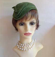 Vintage 1940s Apple Green Handmade Capulet Hat With Side Bow Velour