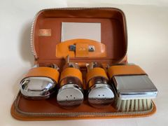 Two-Tix Mens Vintage 7 Piece Chromium Plated Vanity Set - In A Tan Leather Case .