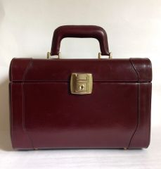 Oxblood Leather 1980s Vintage Vanity Make Up Travel Train Case And Key With Dark Cream Faux leather lining.