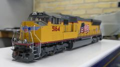 Athearn Genesis Ho Scale SD70M Union Pacific Flag Scheme (Red Sill) DCC & Sound