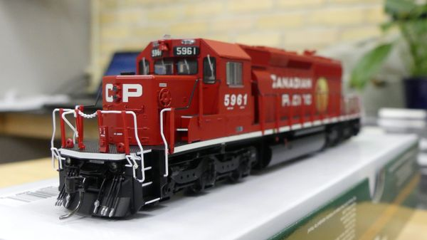 Bowser (2nd Release) Ho Scale Canadian Pacific Golden Beaver SD40-2 DCC Ready W/Ditchlights
