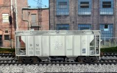 KADEE HO CUSTOM PAINTED BOSTON & MAINE #5542 PS-2 2 BAY COVERED HOPPER