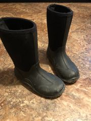 Youth muck boots size 2