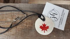 Maple leaf necklace round