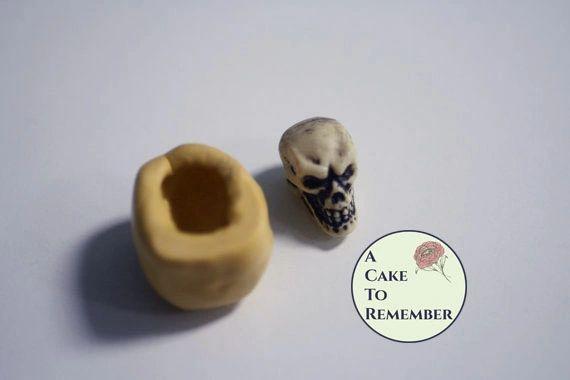 Little skull mold for Halloween fondant cupcake toppersM5020