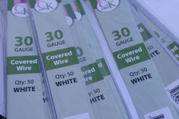 30 gauge white cloth covered floral wire for gumpaste flowers and cake decorating