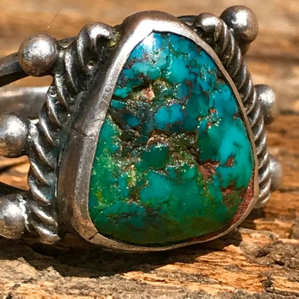 1920s SHIELD SHAPED MULTICOLORED PILOT MOUNTAIN TURQUOISE INGOT SILVER RING