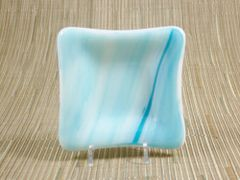 Blue/white streaky small glass square centre plate
