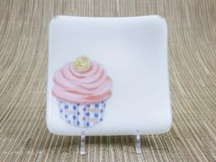 Cupcake (pink/blue) on white glass - small curved plate