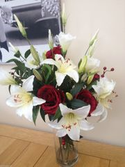 LARGE IVORY LILY, LISIANTHUS & RED ROSE GLASS CYLINDER VASE ARRANGEMENT IN WATER