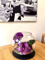 STUNNING TABLE CENTRE - LARGE PURPLE ORCHID & LEAVES ARRANGEMENT IN GLASS BOWL WITH FAUX WATER & DECORATIVE STONES
