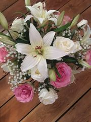 LARGE PINK/IVORY ROSE, LILY & GYPSOPHILA VASE ARRANGEMENT IN FAUX WATER