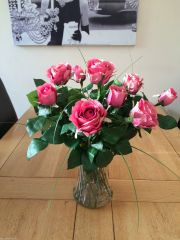 STUNNING VINTAGE PINK ROSES & FOLIAGE ARTIFICIAL FLOWER VASE ARRANGEMENT IN WATER