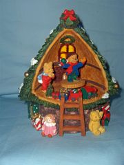 MUSIC BOXES: Cute Christmas Tree Toy Store Music Box - Have yourself a very Merry Christmas