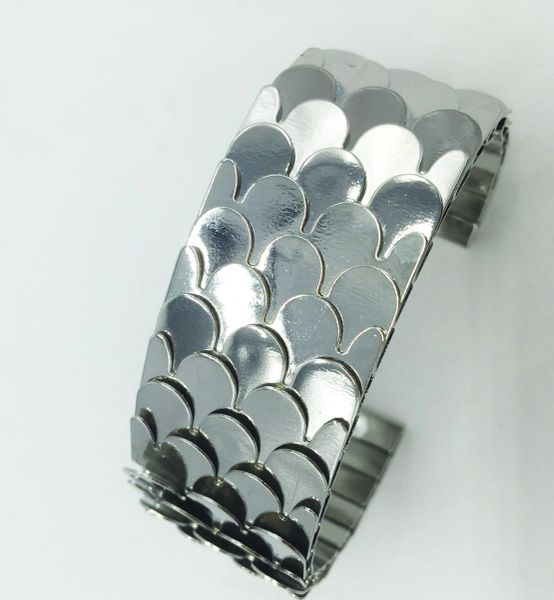 Stainless steel relief detail bangle